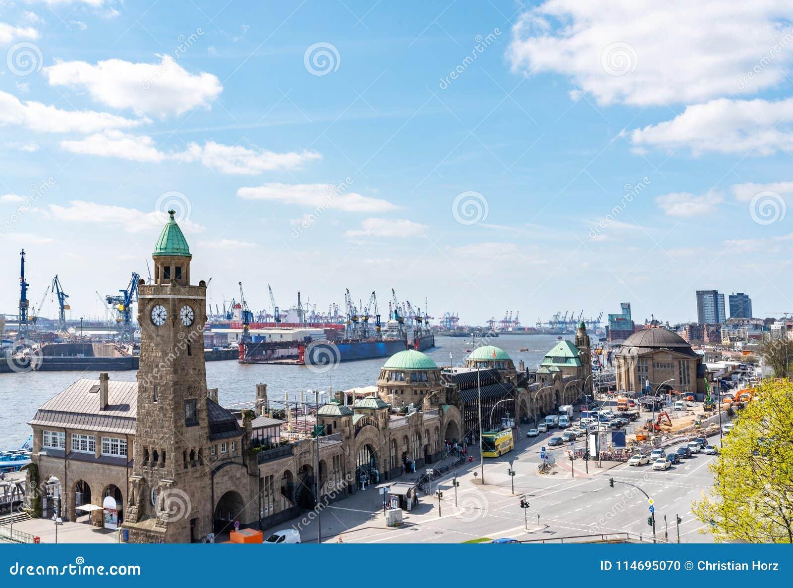 La opinión de alto ángulo de St Pauli Piers con el río Elba y el puerto atraca en Hamburgo