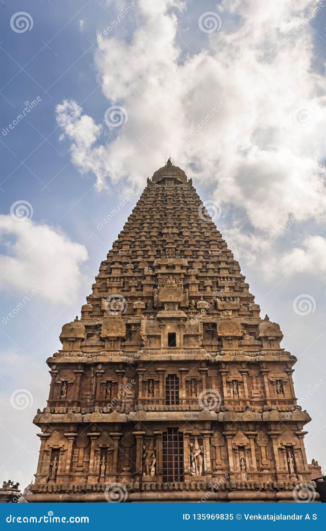 La opinión de la hormiga del templo grande de Thanjavur con el sol y las nubes
