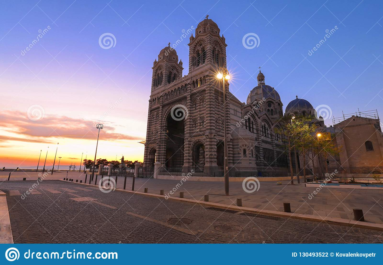 La opinión de la puesta del sol de la catedral de Marsella, Sainte-Marie-Majeure, también conocida como La principal