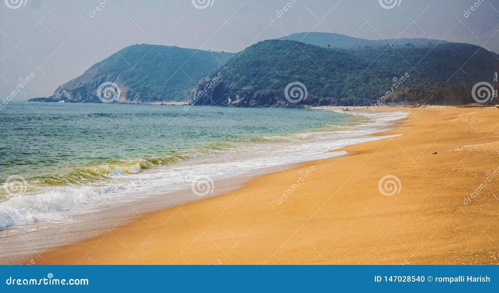 La opinión hermosa de la playa de la mañana