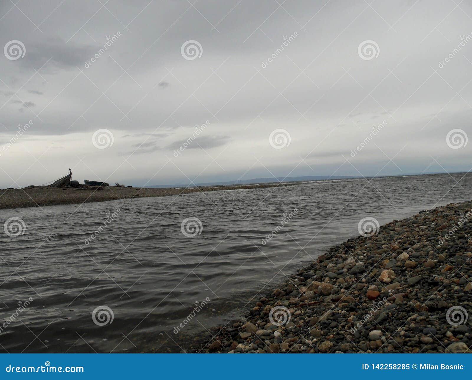 La orilla de la boca de río