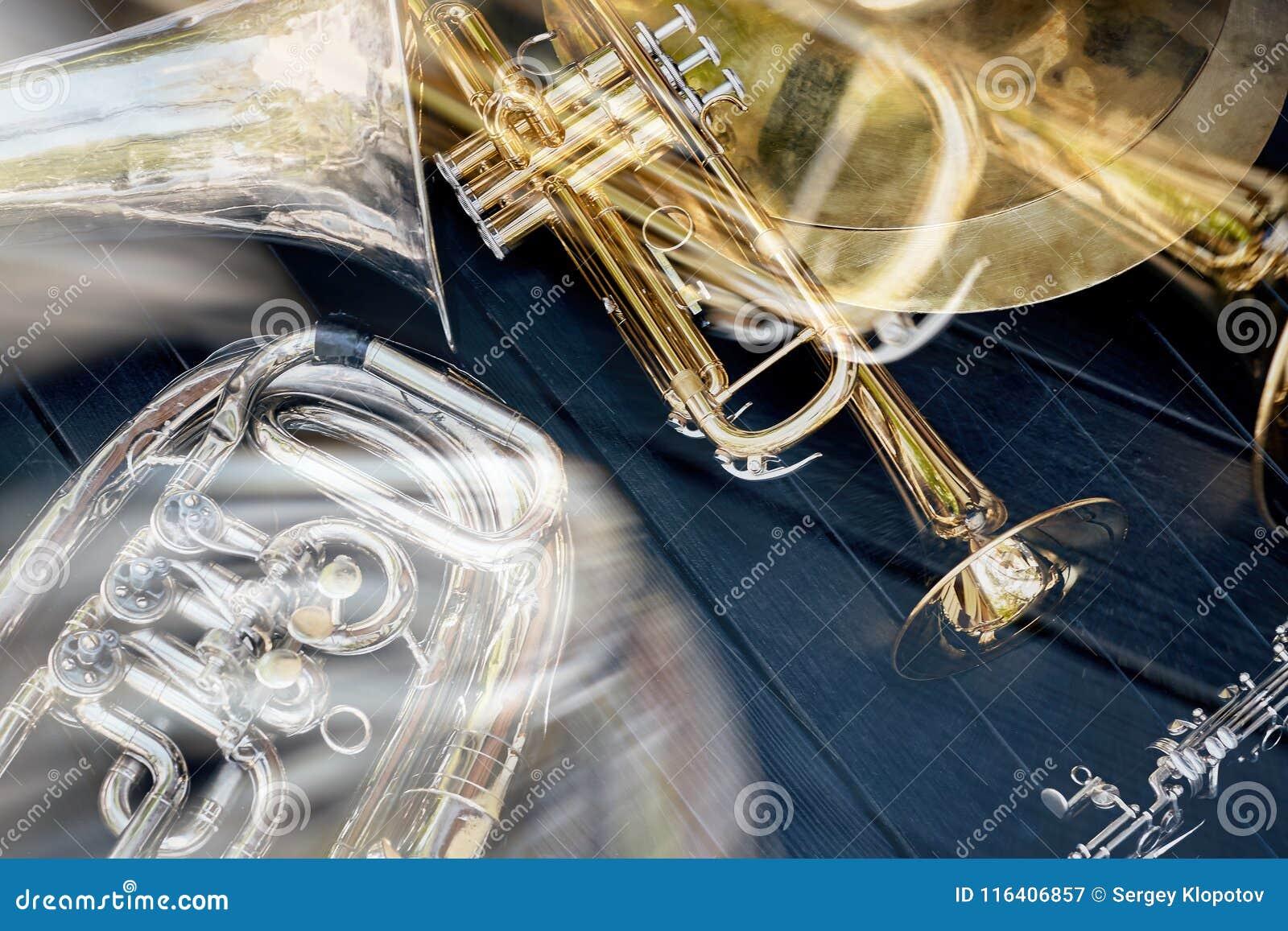 La orquesta musical de varios instrumentoes de viento toca la trompeta, las placas, cla