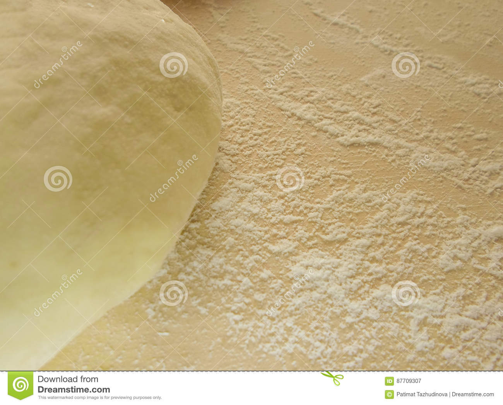 La pâte et la farine sur un conseil en bois