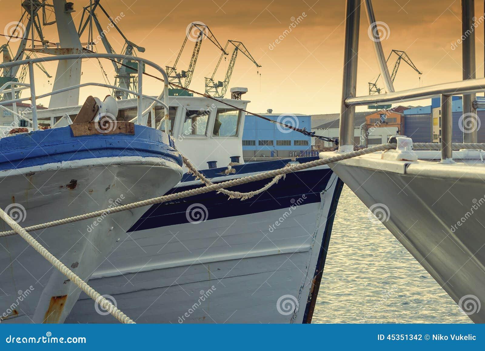 La pêche se transporte dans le port le soir