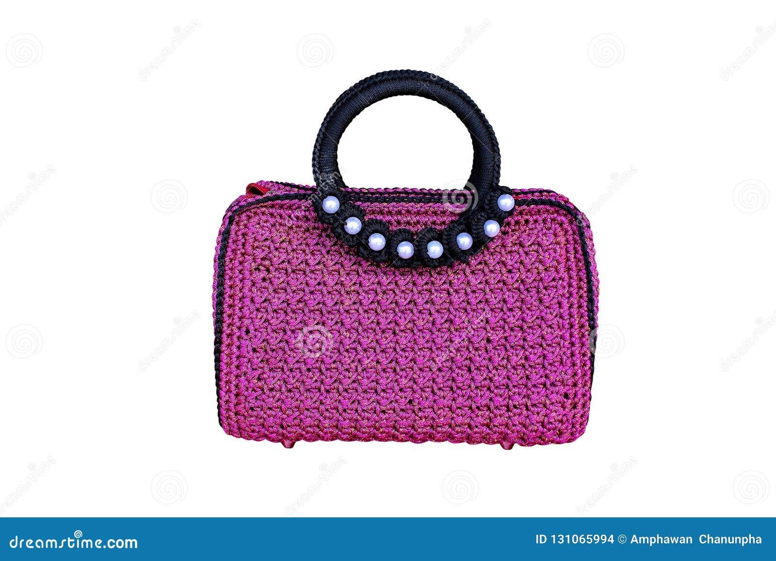 La púrpura con el ganchillo negro del borde hizo punto el bolso, hecho del hilo de nylon aislado en el fondo blanco, los modelos