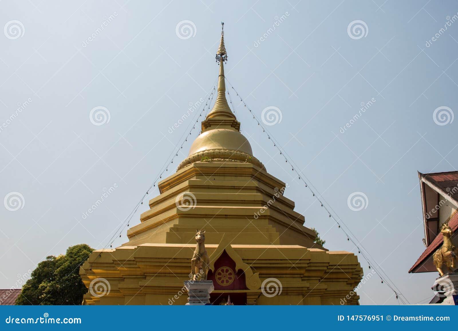 La pagoda del oro delante del cielo azul