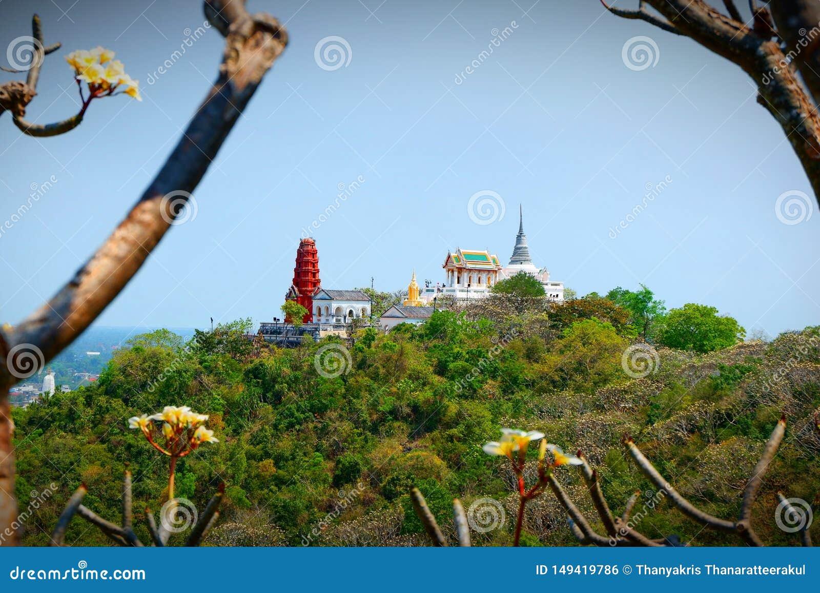 La pagoda del templo en la alta cumbre