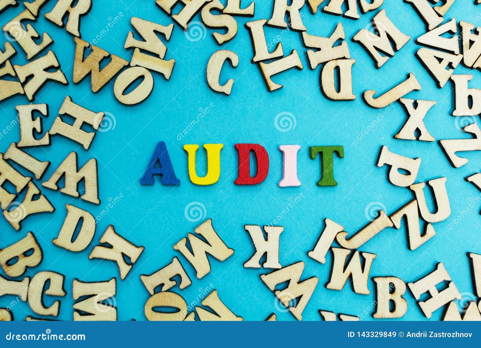 La palabra 'auditoría 'se presenta de letras multicoloras en un fondo azul