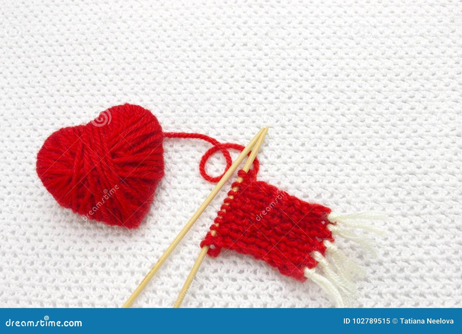 La Palla Rossa Del Filato Come Un Cuore Sul Bianco Lavora All