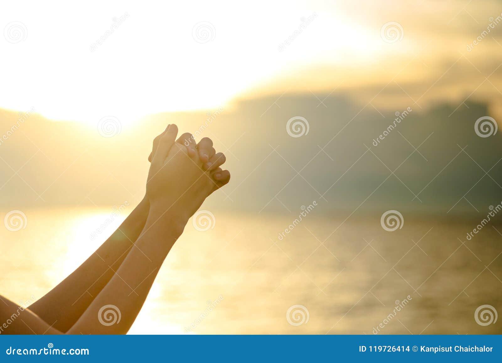 La palma humana da la acción como ruega para adorar símbolo para la adoración al cristianismo del Jesucristo
