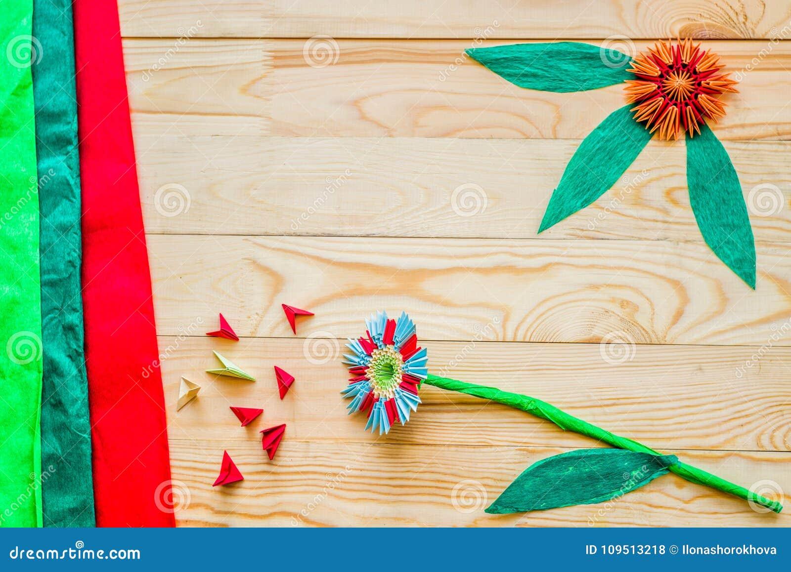 La Papiroflexia Modular Florece En Fondo De Madera Rústico