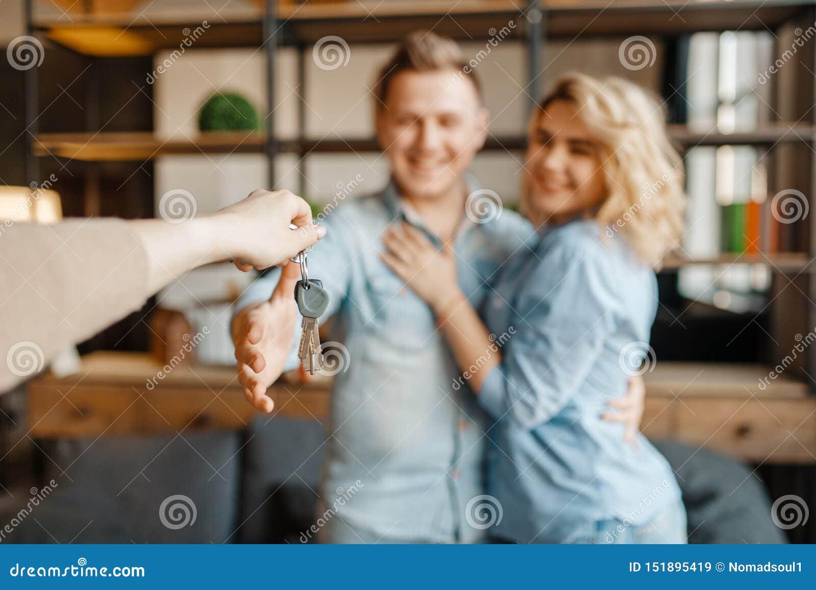 La pareja casada del amor recibe nuevamente como regalo las llaves