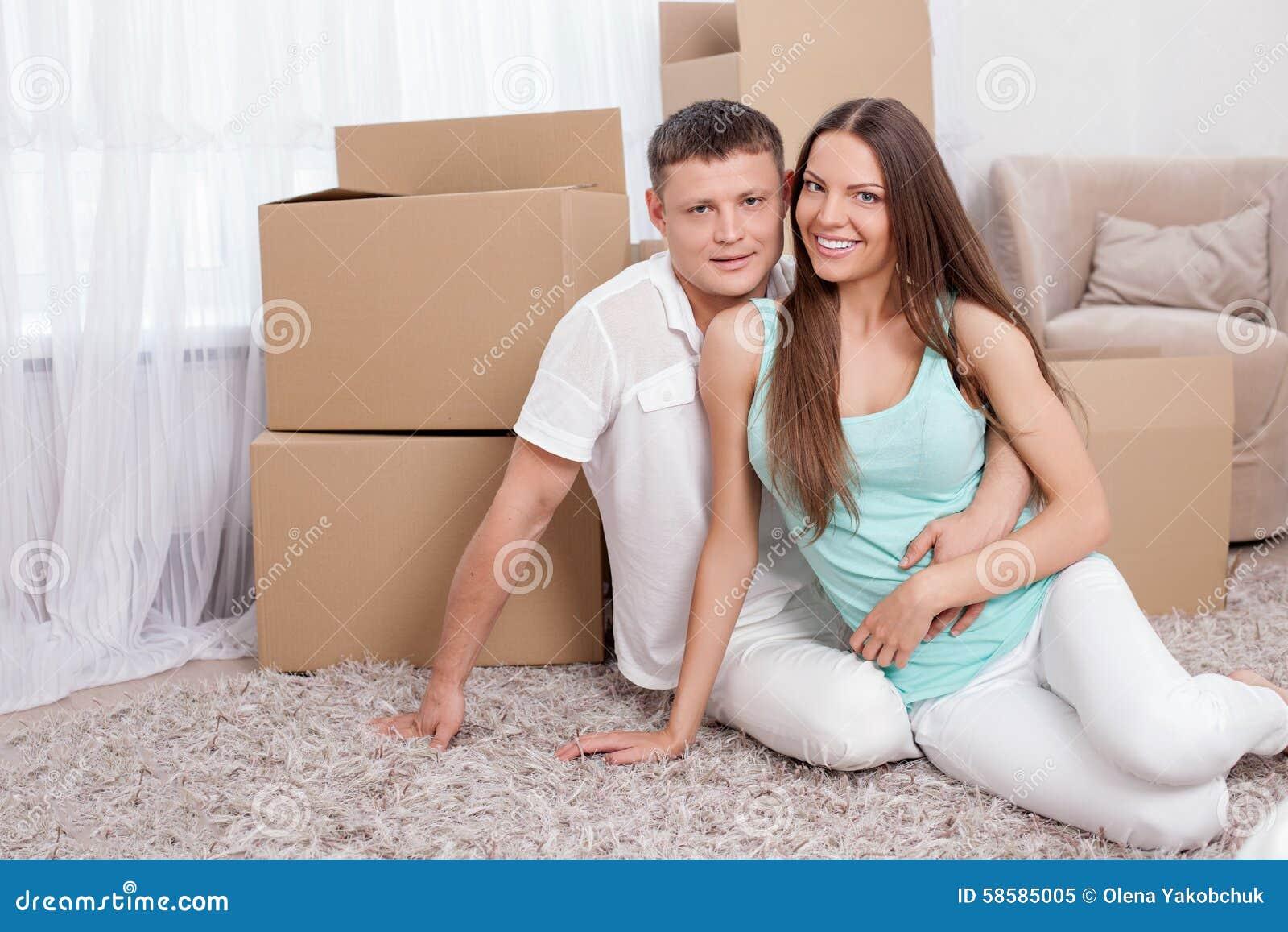 La pareja casada los j venes alegres se est moviendo en otra imagen de archivo imagen de - Casa de los espiritus alegres ...