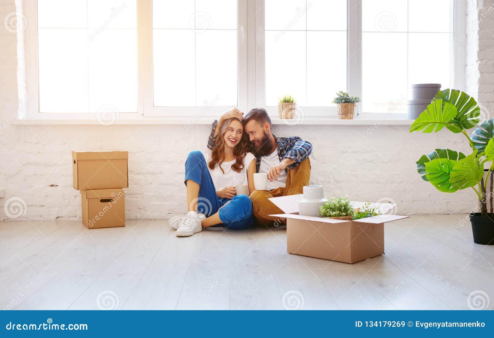 La pareja casada los jóvenes felices se traslada al nuevo apartamento