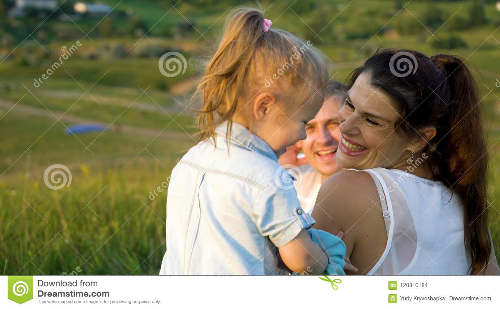 La pareja embarazada con la hija del niño hace que el tiempo libre al aire libre apoye la visión