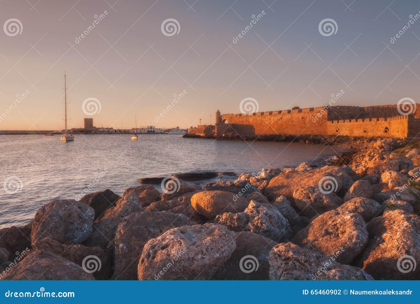La parete della fortezza al porto rhodes La Grecia