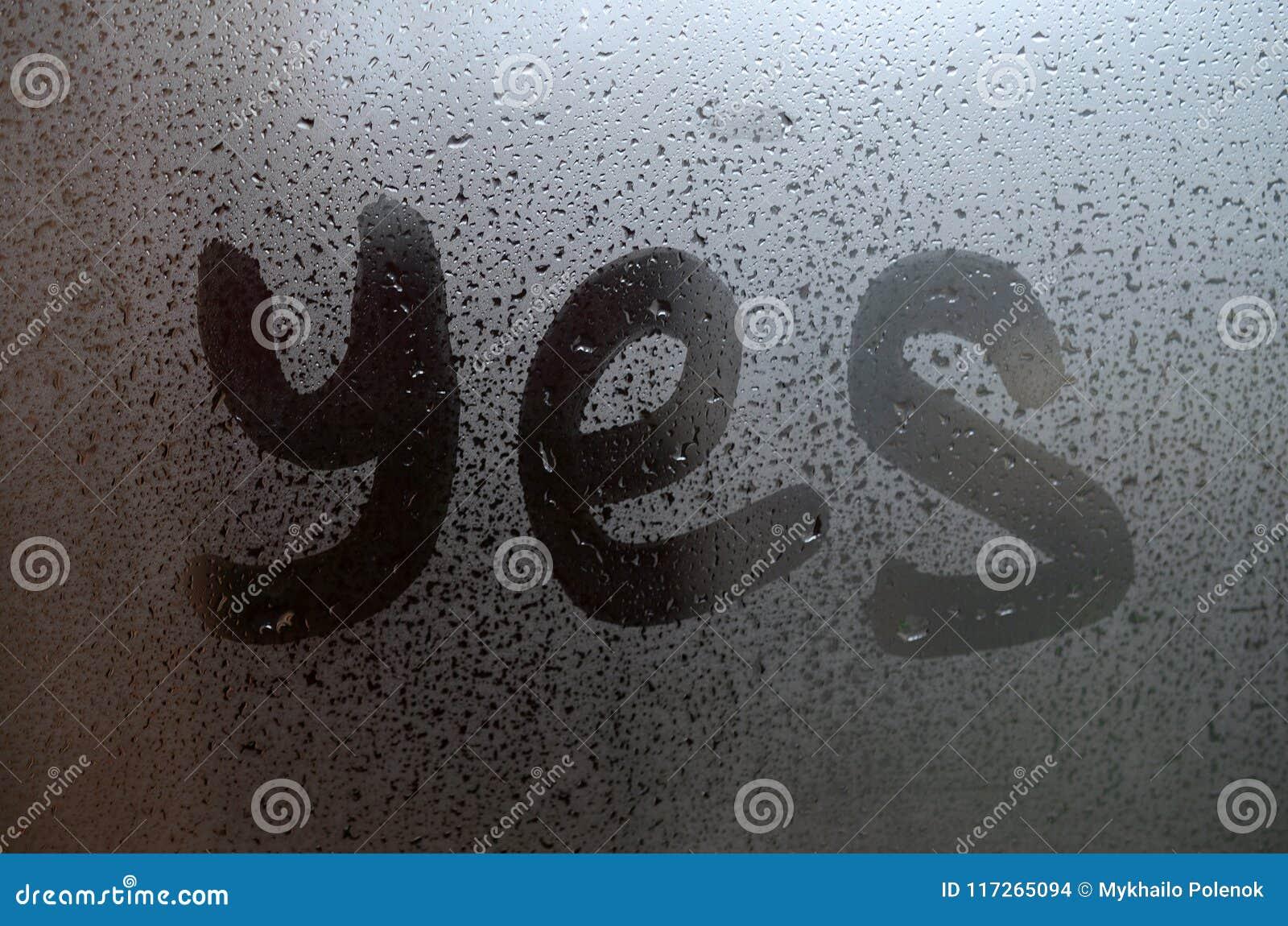 La parola inglese sì è scritta con un dito sulla superficie del vetro appannato