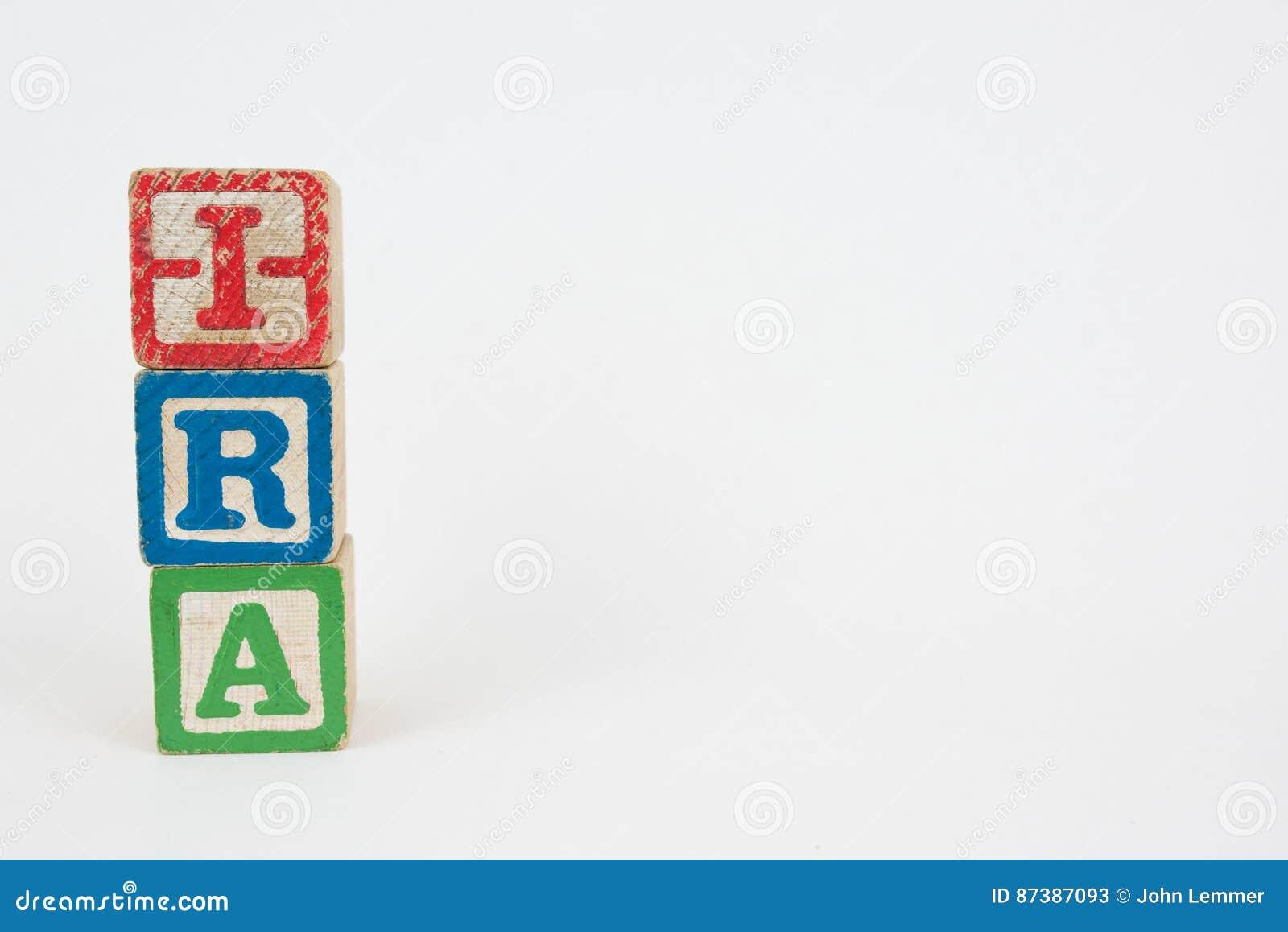 La parola IRA in blocchetti dei bambini di legno