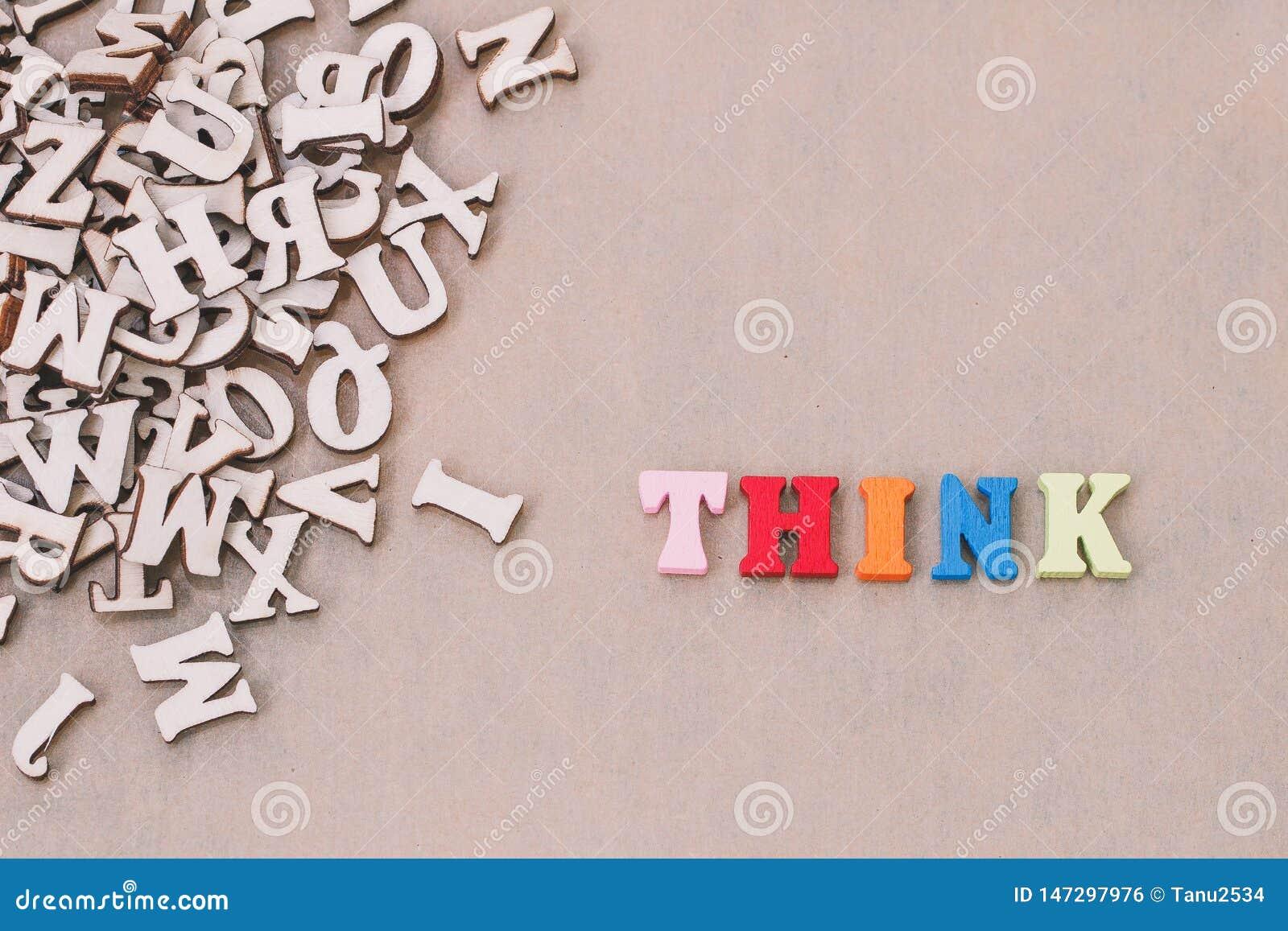 La parola THINK ha fatto con le lettere di legno del blocco accanto ad un mucchio di altre lettere