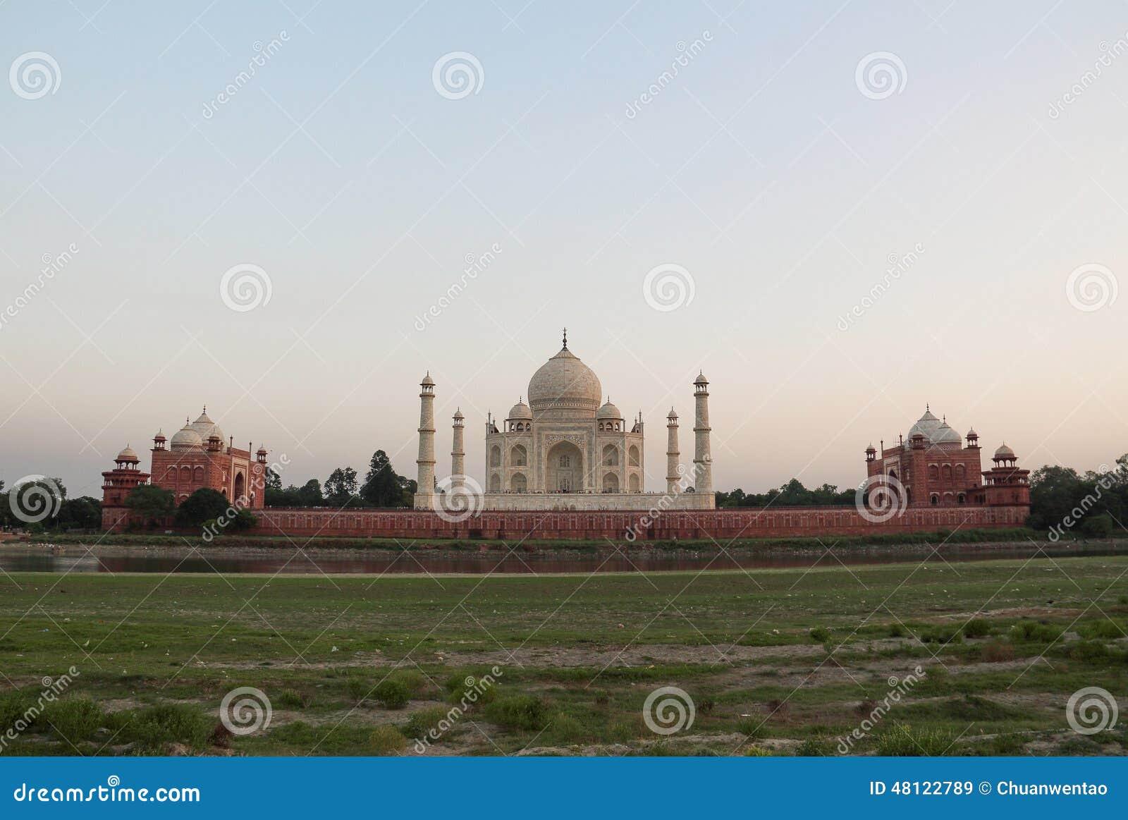 La parte posterior del Taj Mahal en la puesta del sol