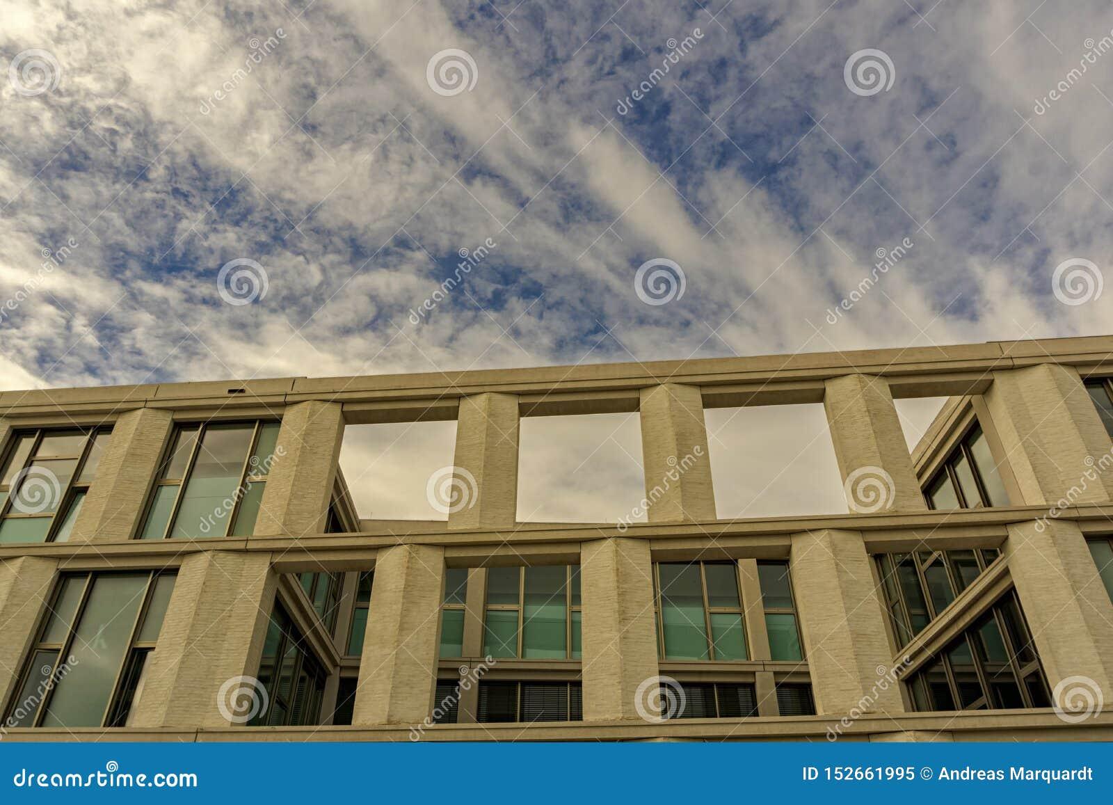 La parte superiore di costruzione moderna sotto un cielo nuvoloso di estate