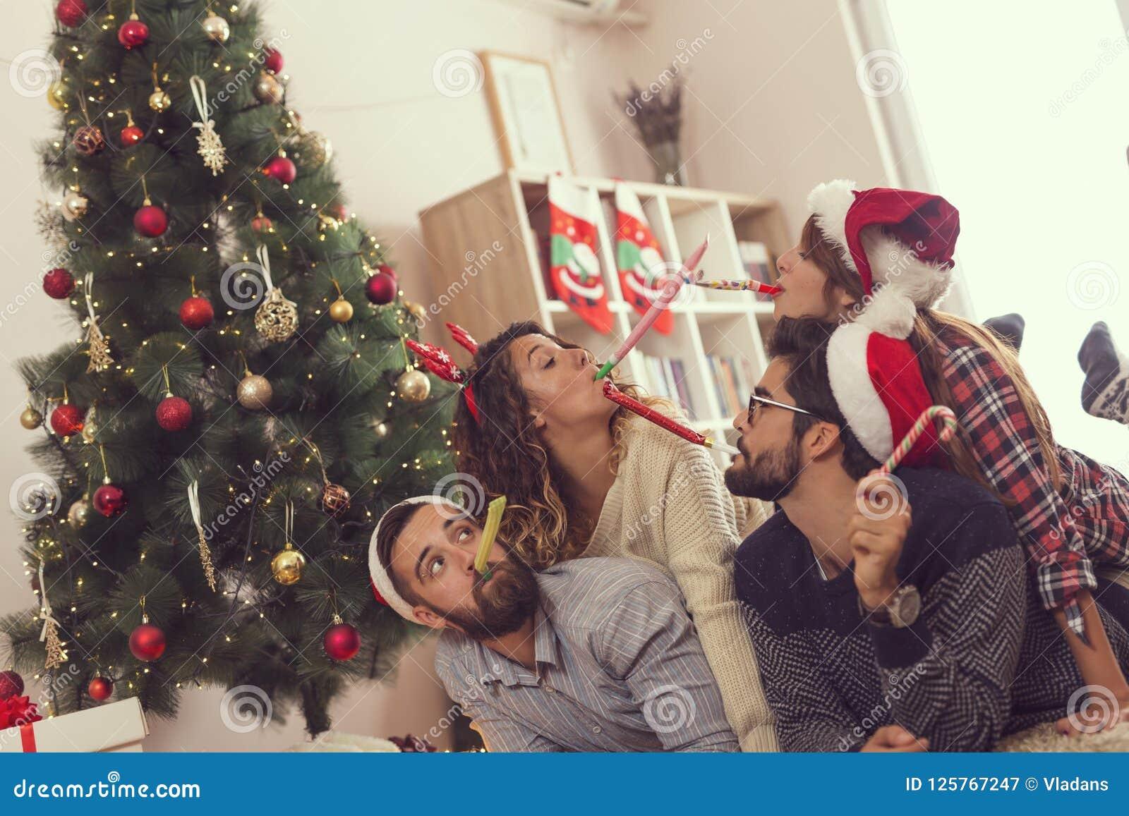 La partie de soufflement siffle le matin de Noël