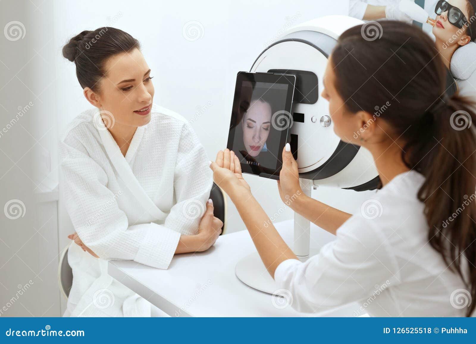 La peau de visage analysent Peau d Analyzing Woman Facial de Cosmetologist