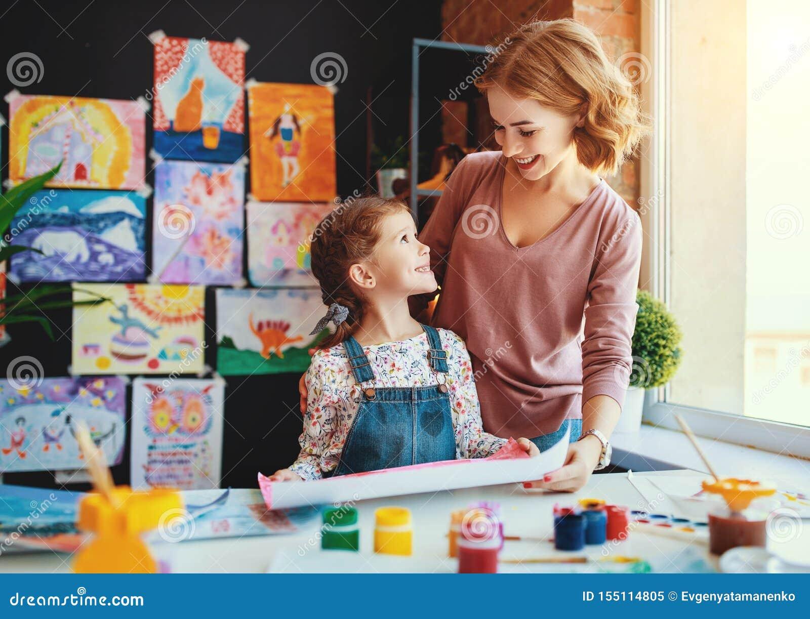 La peinture de fille de mère et d enfant dessine dans la créativité dans le jardin d enfants