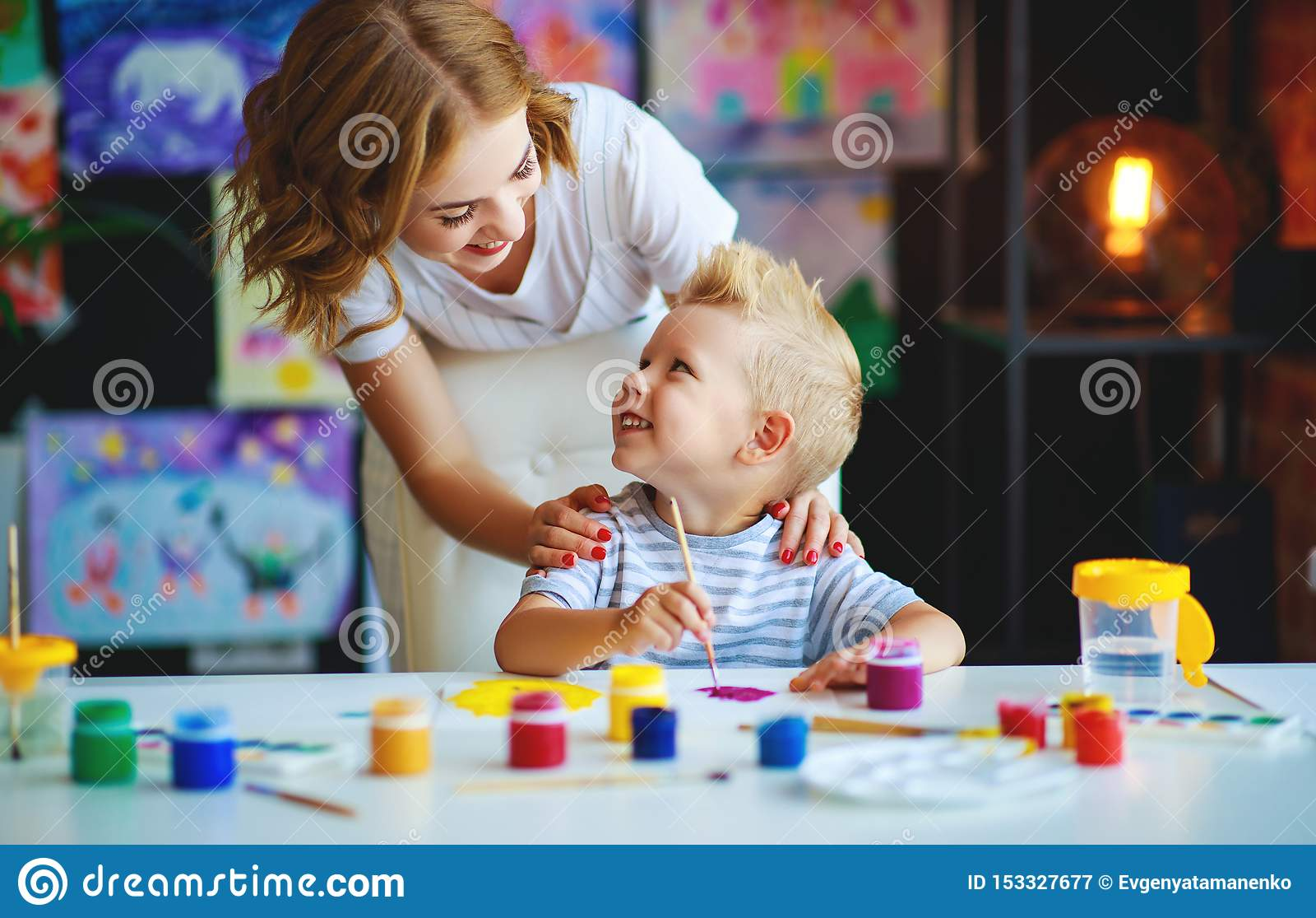 La peinture de fils de mère et d enfant dessine dans la créativité dans le jardin d enfants