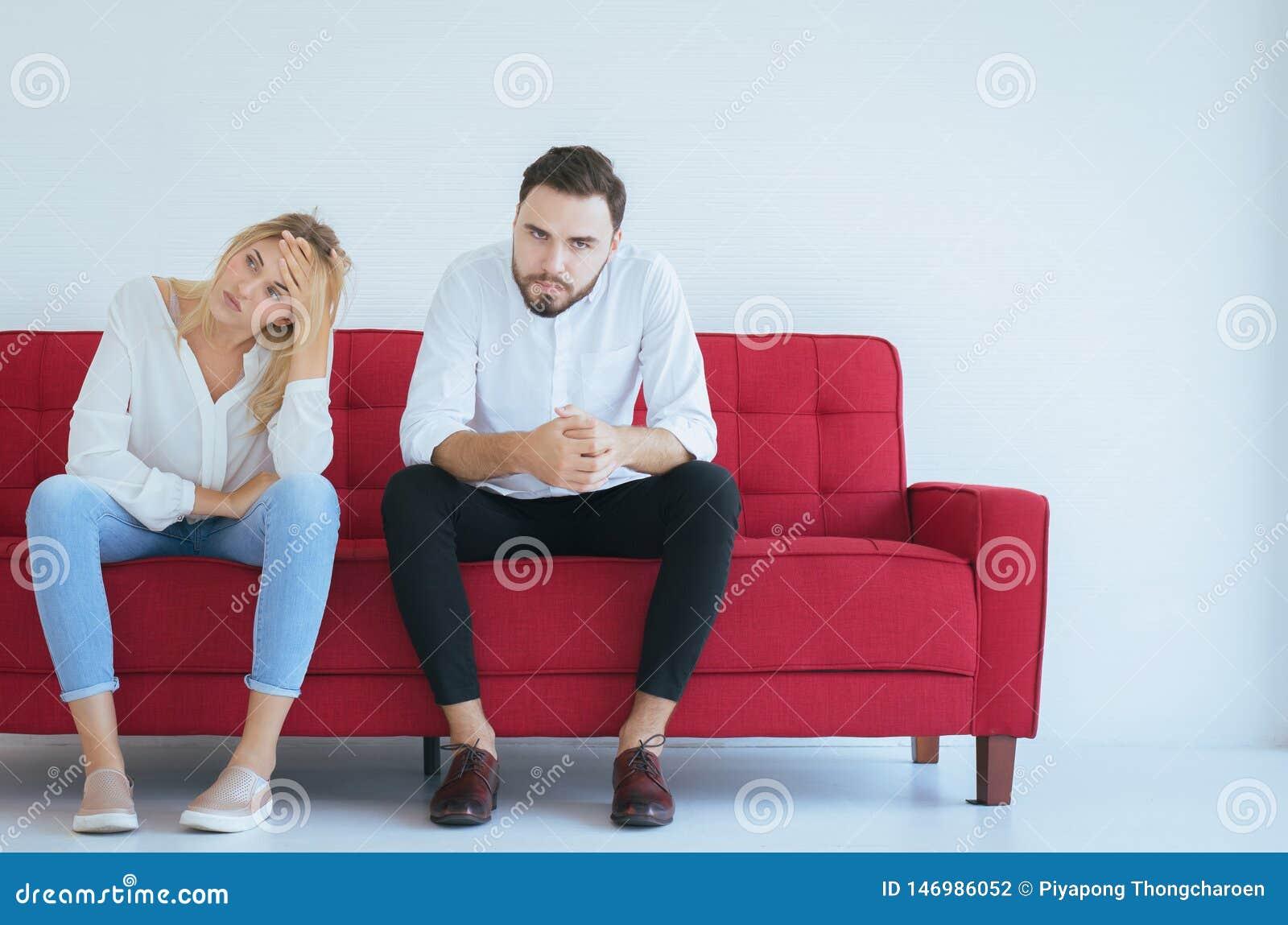 La pelea del marido con conflicto de la esposa y los pares que agujerean en casa, emoción negativa, copia el espacio para el text