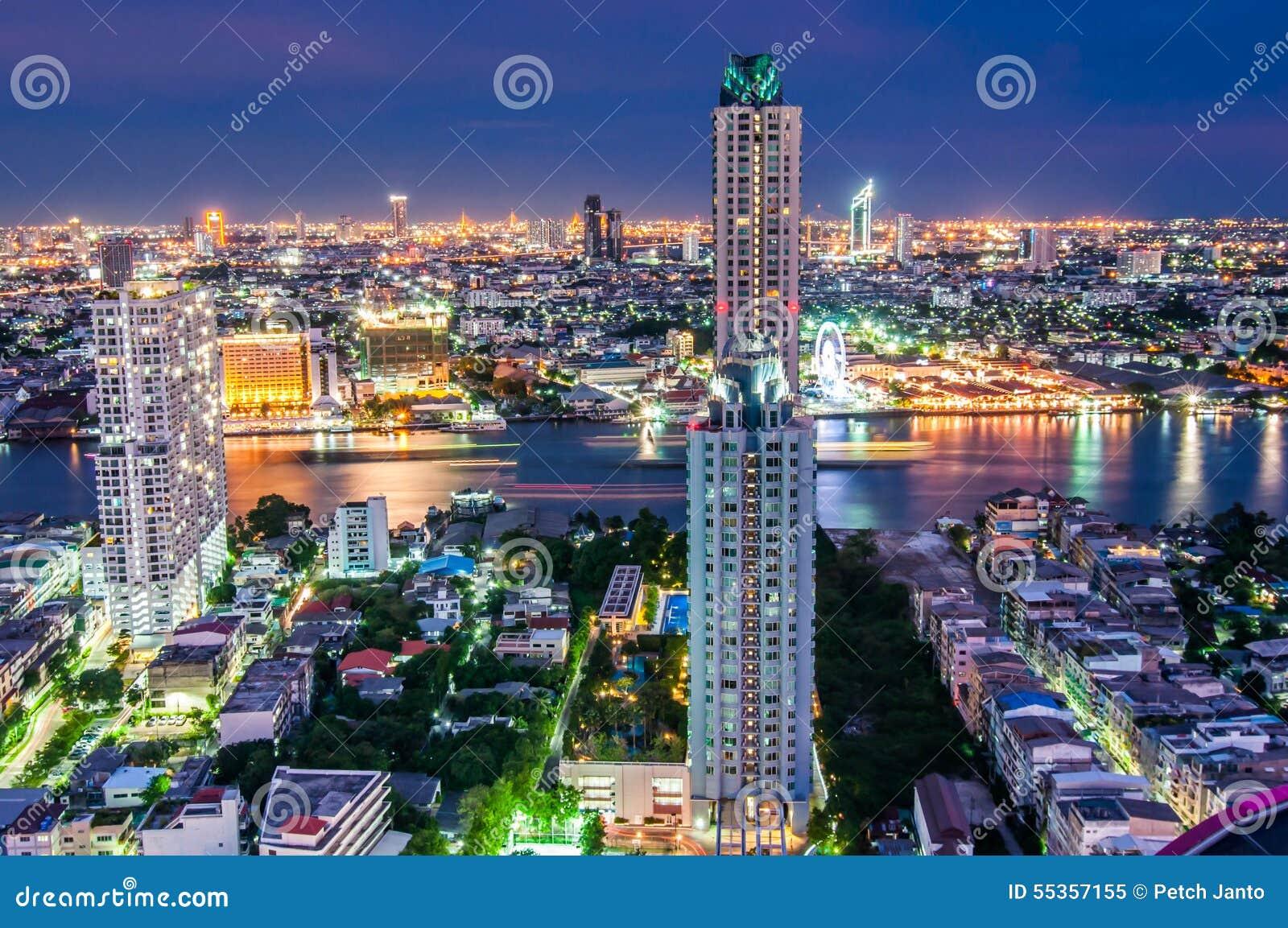 La penombra osserva la città di Bangkok