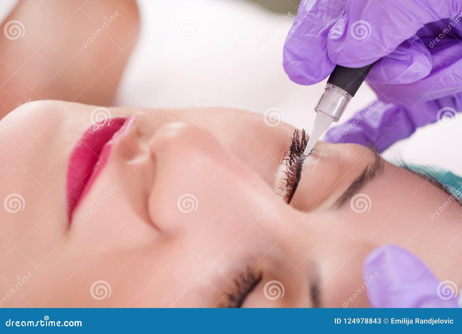 La permanente compone procedimiento del lápiz de ojos