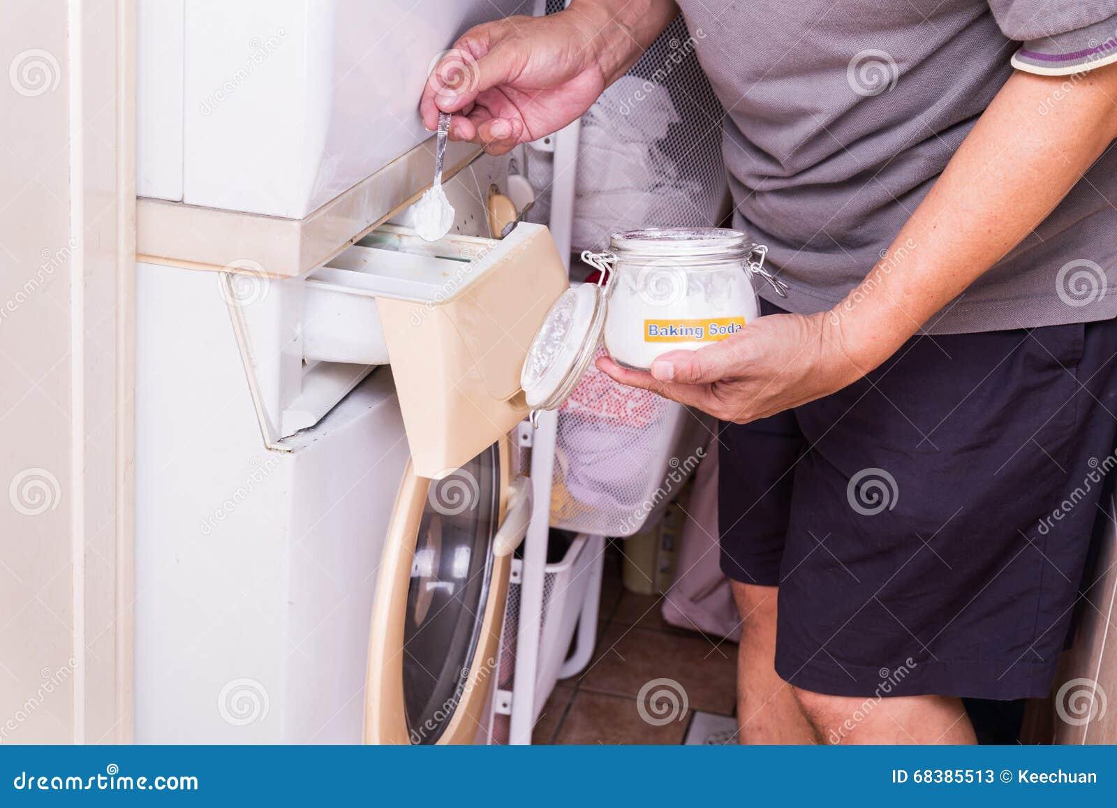 La persona che aggiunge il bicarbonato di sodio nella lavatrice al lavaggio copre