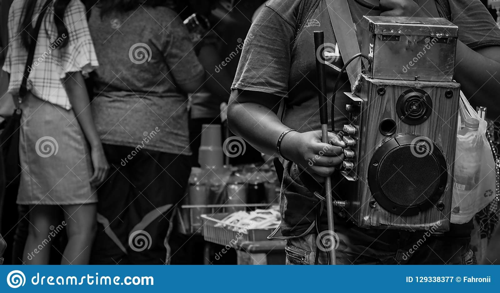 La persona con deficiencias visuales canta para el dinero en el mercado en Tailandia Gente ciega pedida la donación Nadie está in