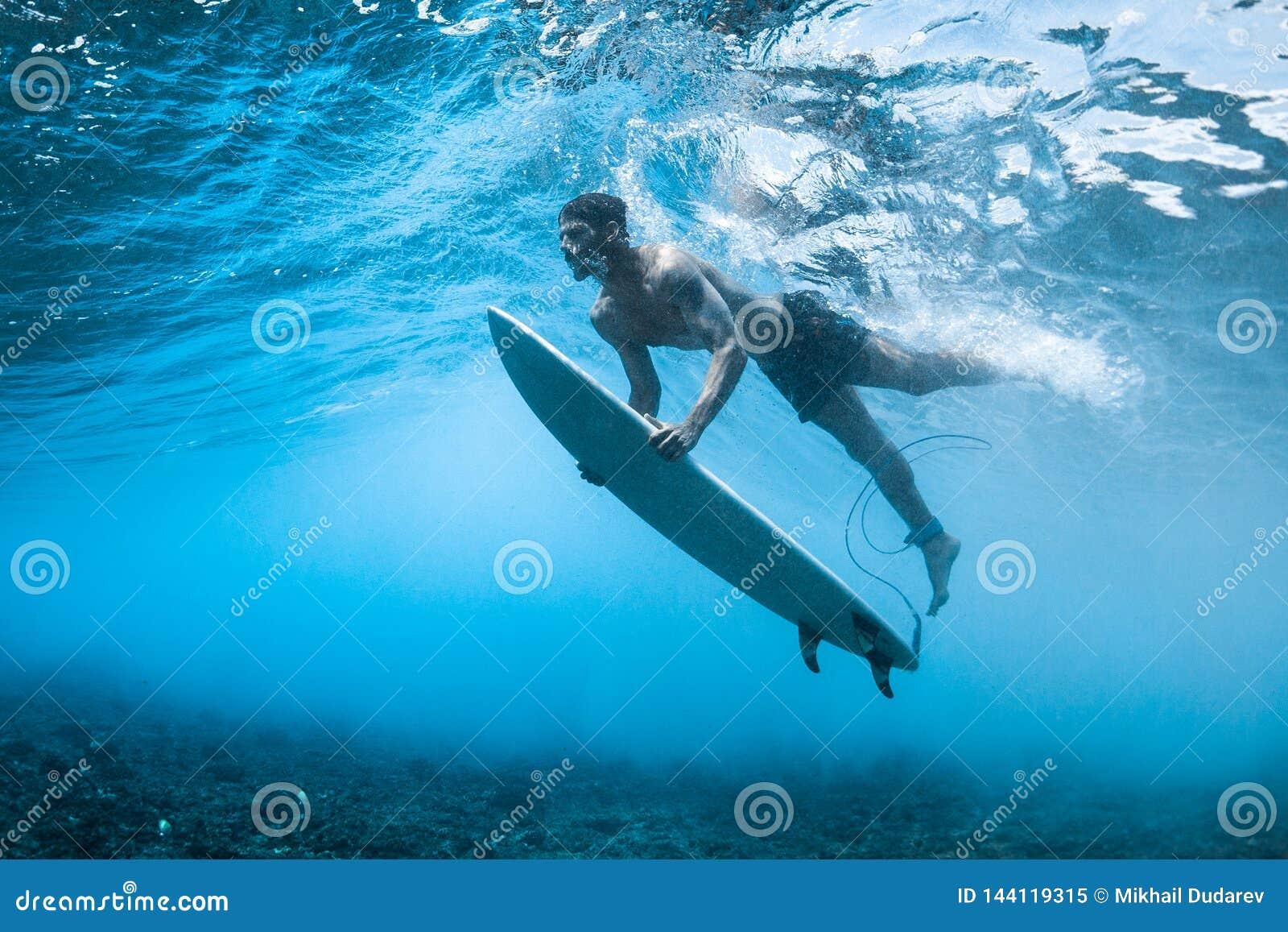 La persona que practica surf realiza zambullida