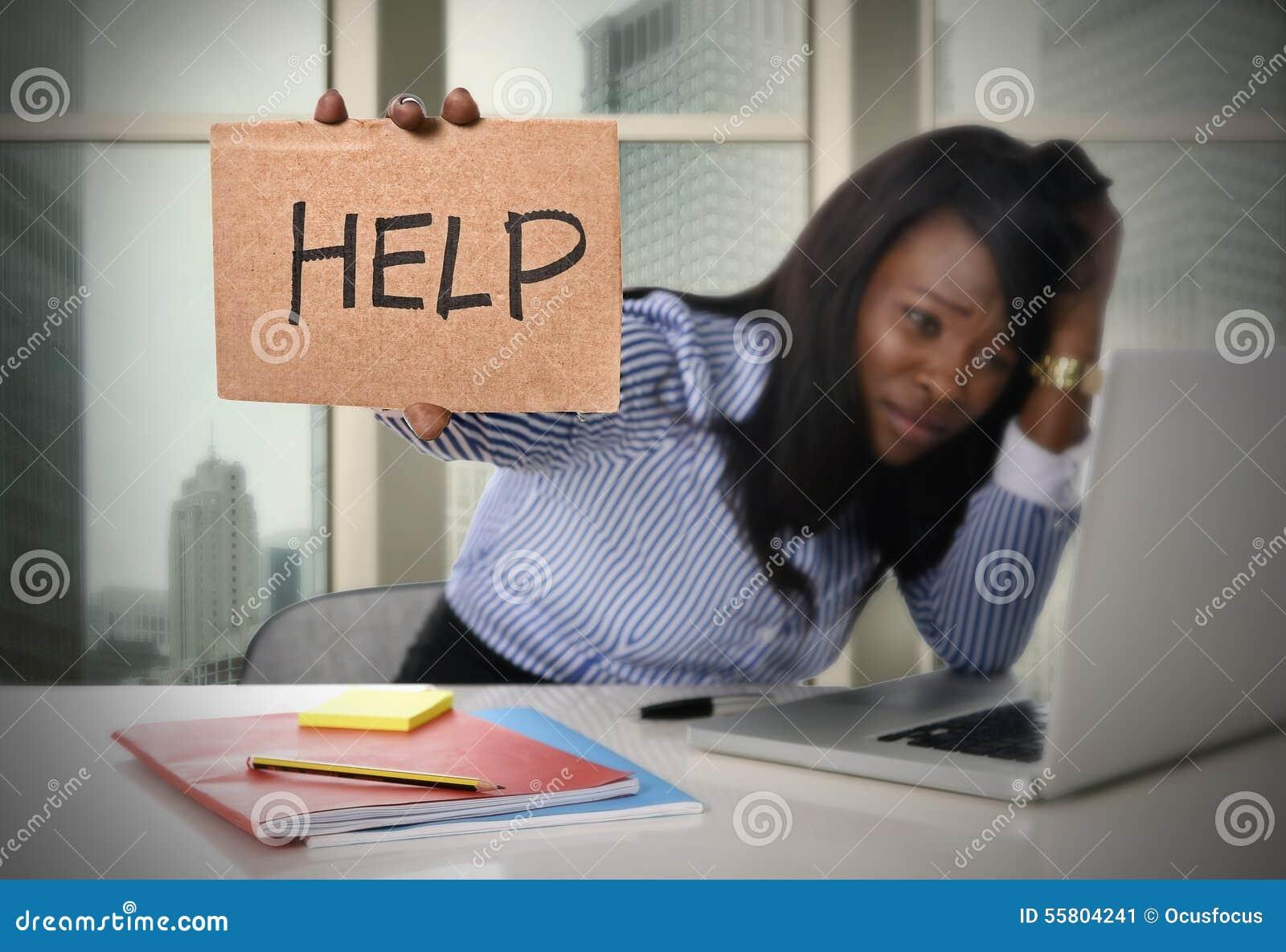 La pertenencia étnica afroamericana negra cansó a la mujer frustrada que trabajaba en la tensión que pedía ayuda