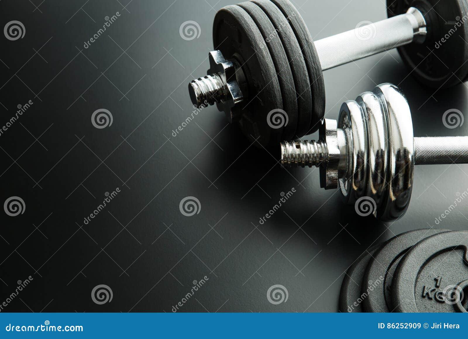 La pesa de gimnasia y los pesos del metal