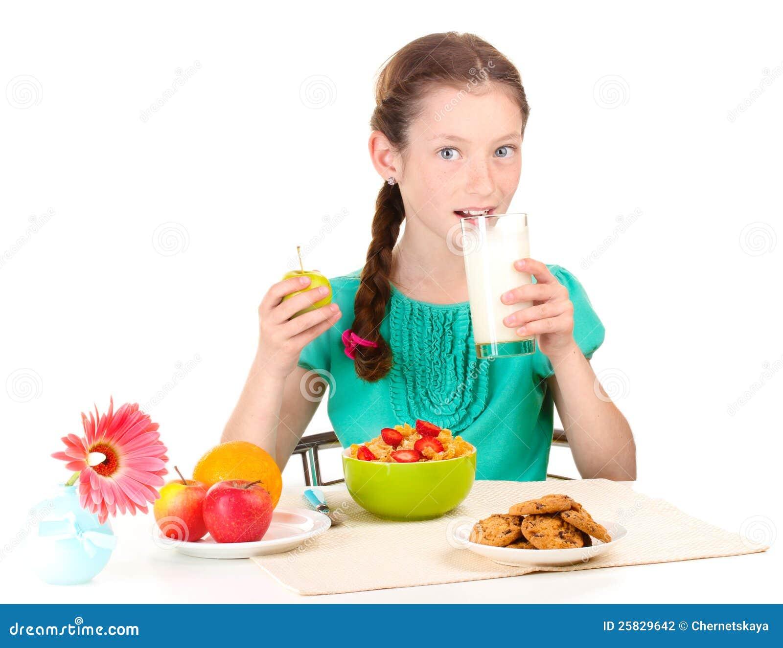 La petite belle fille prennent un petit déjeuner