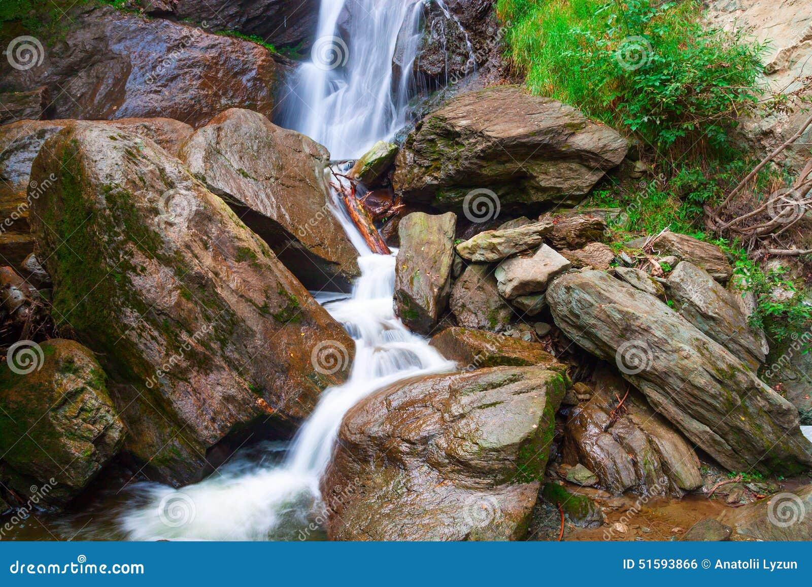 La petite cascade sur une montagne les déchirent