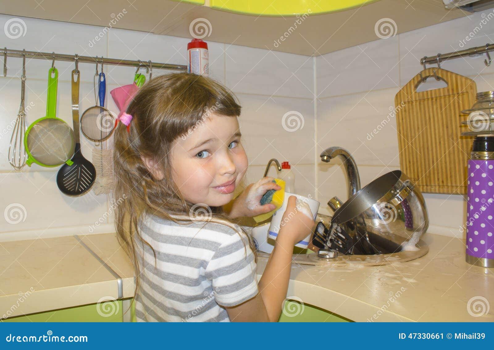 la petite fille dans la cuisine fait la vaisselle photo. Black Bedroom Furniture Sets. Home Design Ideas