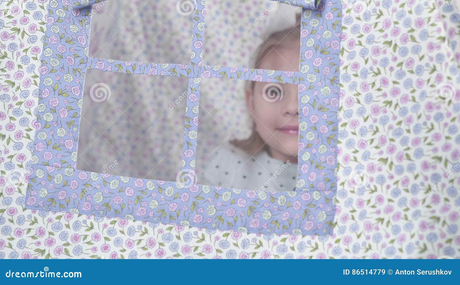 La Petite Fille Dans La Tente De Tipi Regarde La Fenêtre Clips Vidéos    Vidéo Du Appréciez, Gosse: 86514779