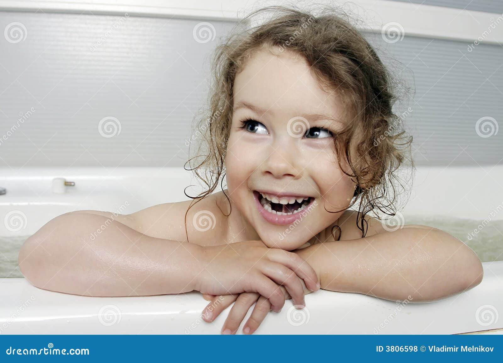 la petite fille dans le bain photos libres de droits. Black Bedroom Furniture Sets. Home Design Ideas