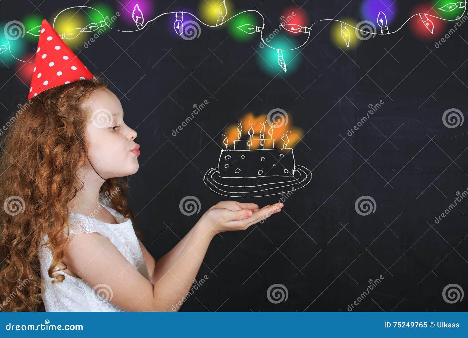 La Petite Fille Dans Le Chapeau D Anniversaire Souffle Les