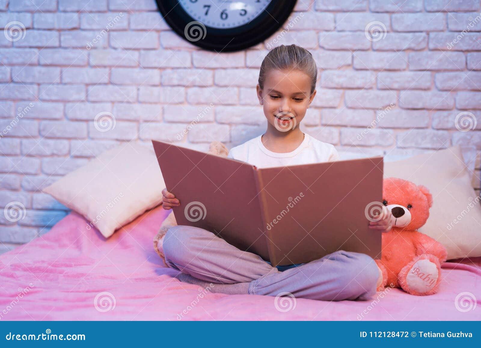 La petite fille, petite-fille est livre de lecture la nuit à la maison