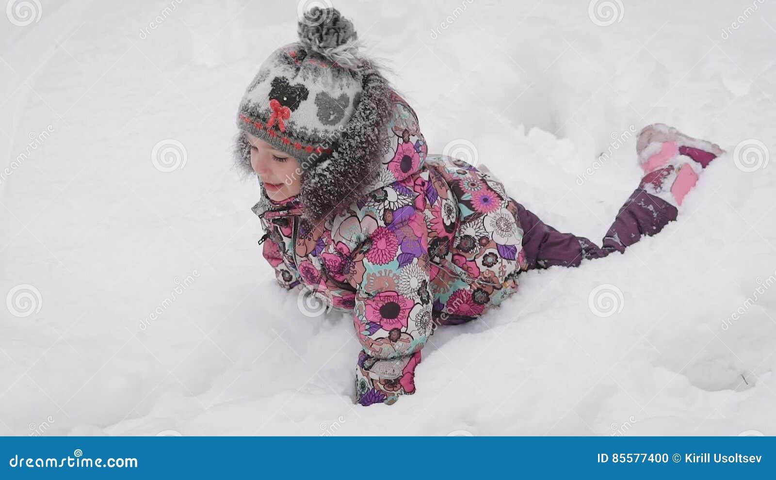 Avec Pompon Fille Rose Un Neige Habillée ChaussureUne Le Est Dupant Lumineuse La Petite Dans Et Autour Veste Chapeau 6gvf7Yyb