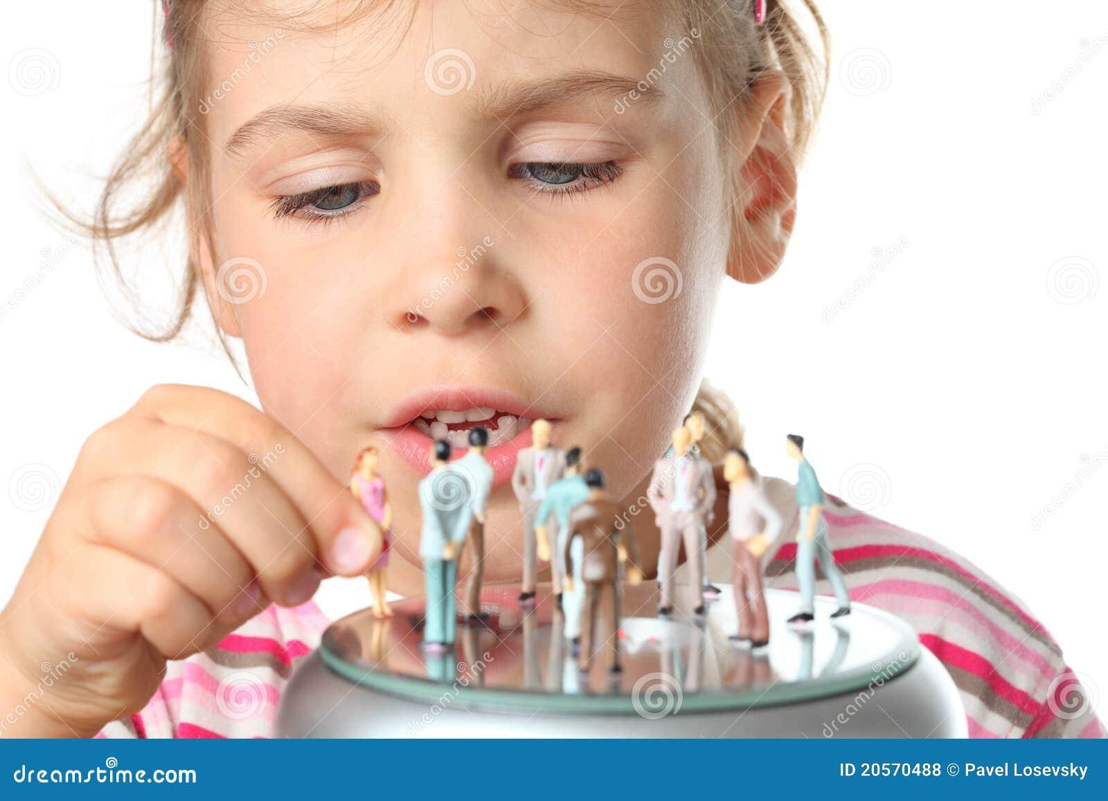 la petite fille joue avec de petits chiffres de jouet des. Black Bedroom Furniture Sets. Home Design Ideas