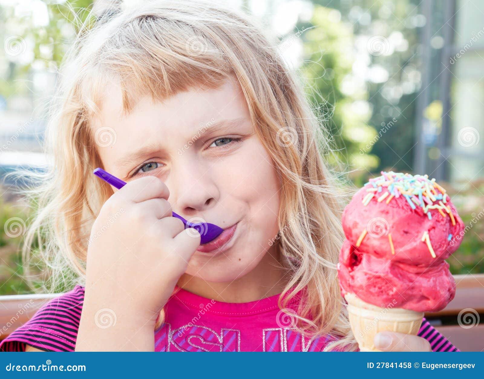 La petite fille mange de la grande glace de fruit photos for Grande glace