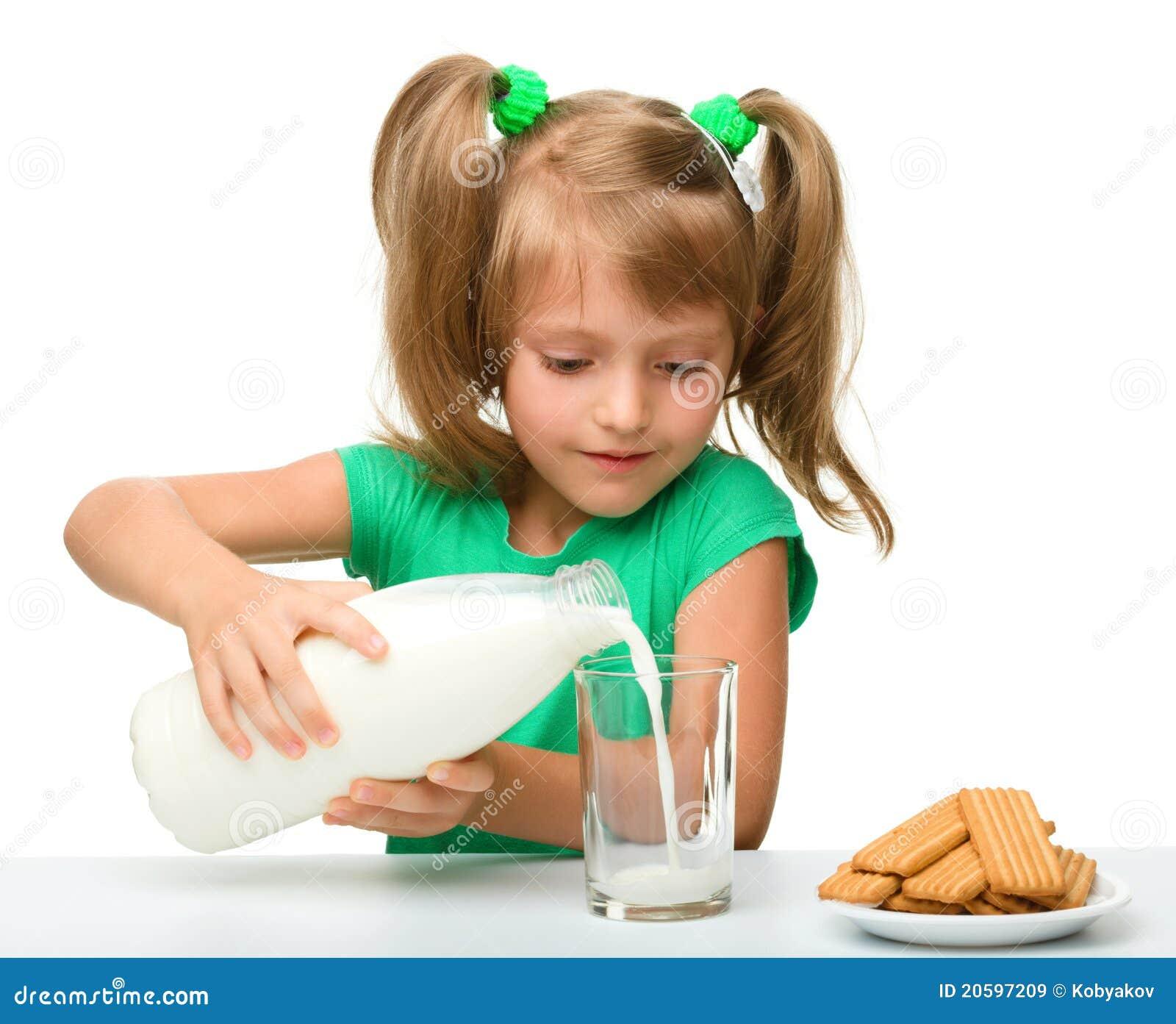 La petite fille mignonne pleut à torrents le lait en glace