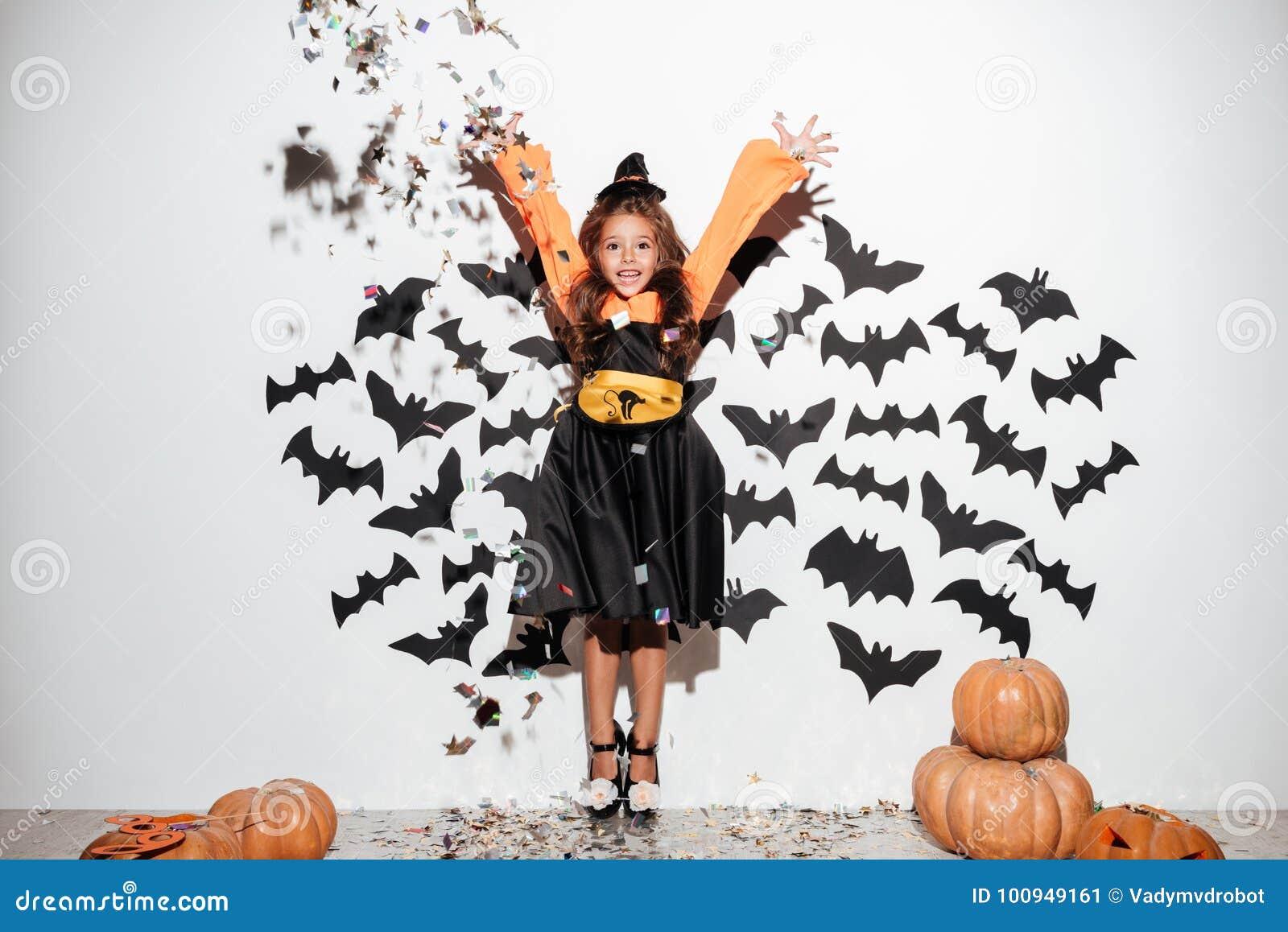 La petite fille mignonne s est habillée dans le costume de Halloween ayant l amusement