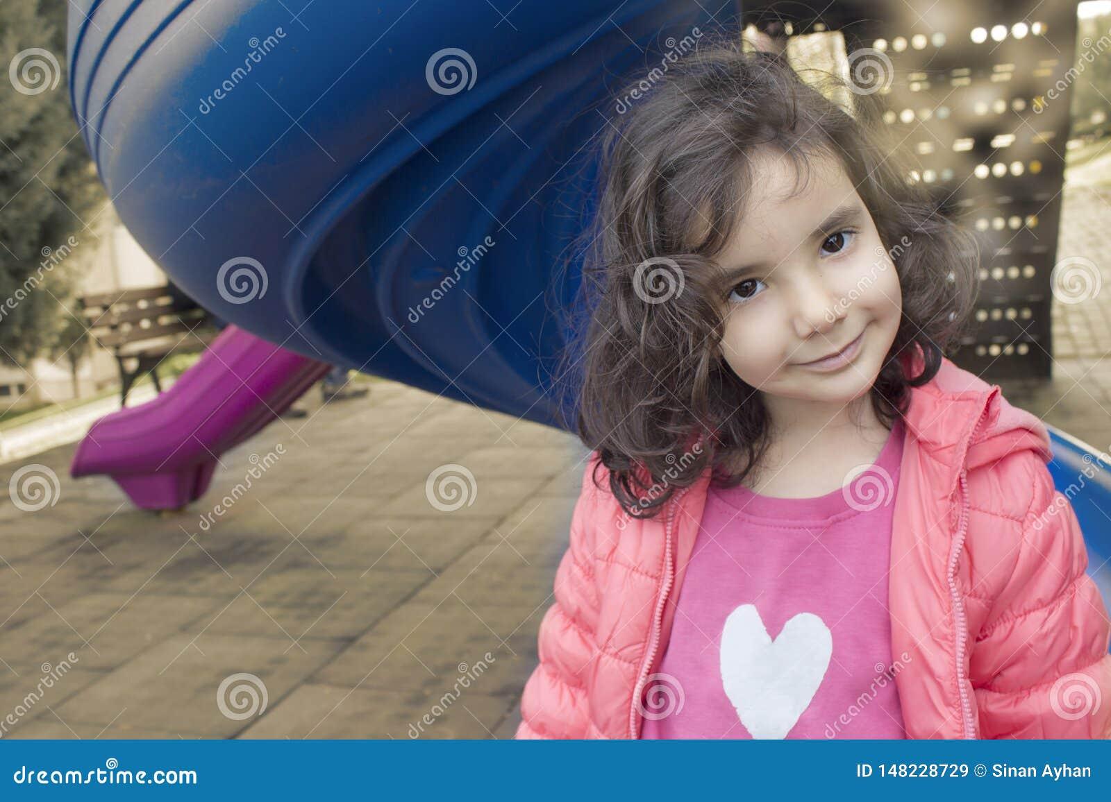 La petite fille remettant la fleur jaune